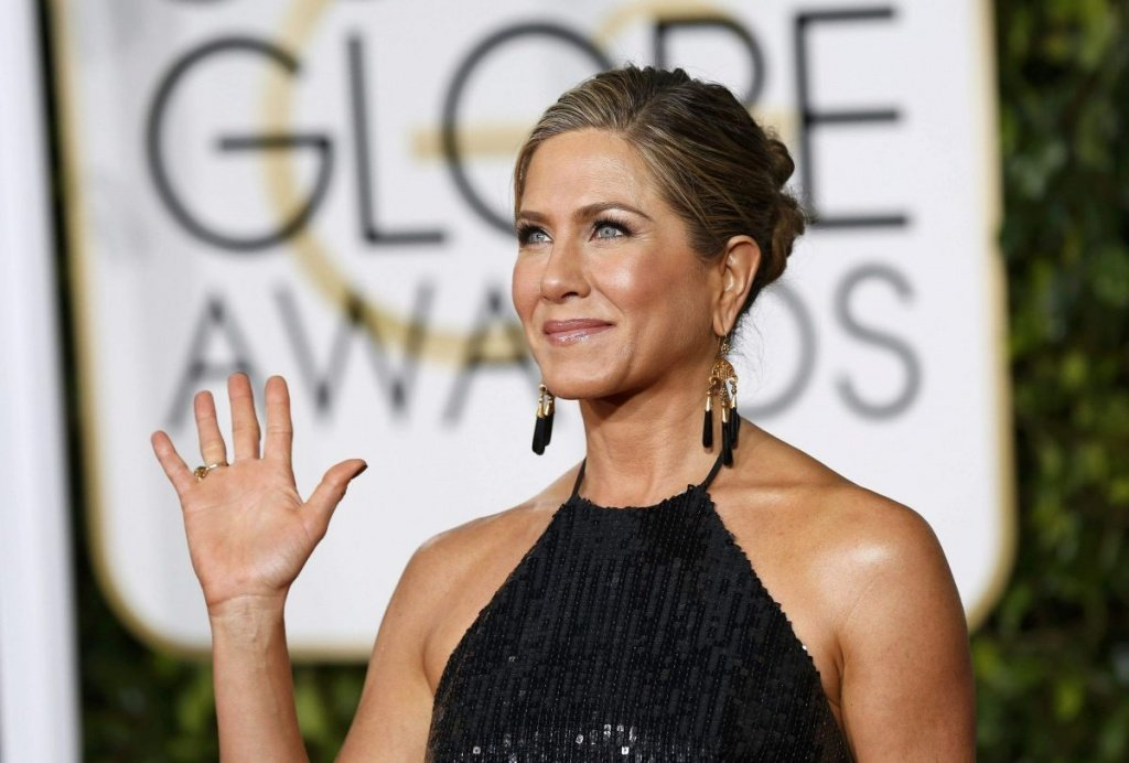 jennifer-aniston-at-2015-golden-globe-awards-in-beverly-hills_12.jpg